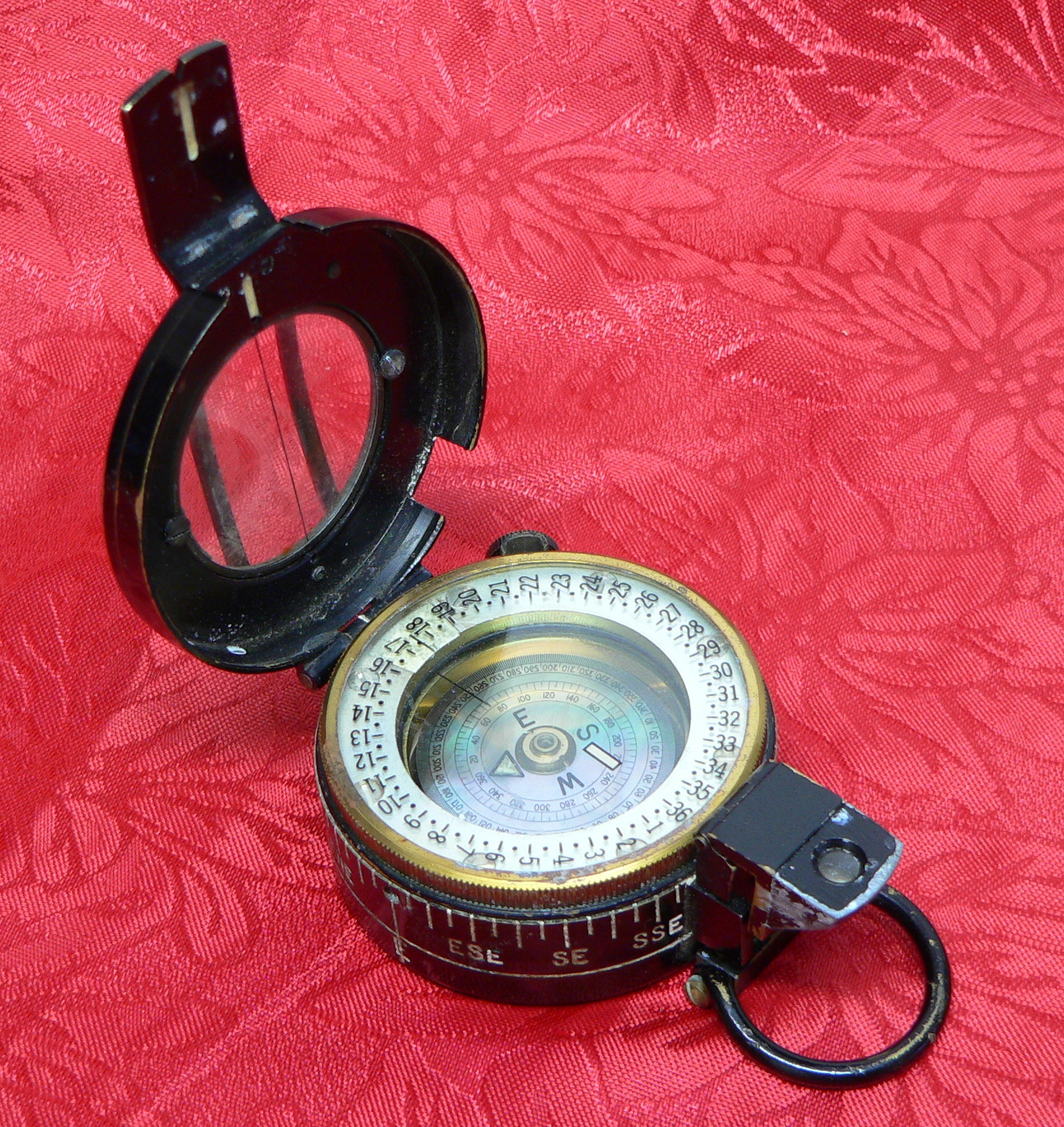 Image of a magnetic compass